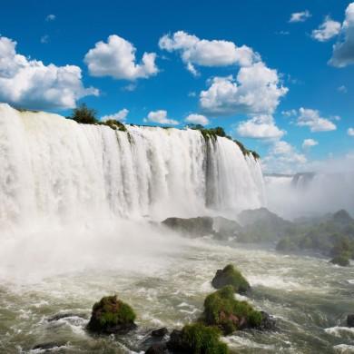 chutes d'iguaçu brésiliennes sous les nuages