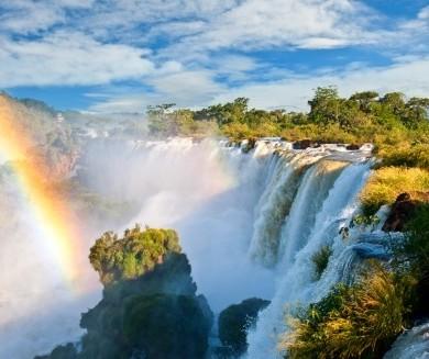 Arc en ciel descendant dans les chutes d'Iguaçu