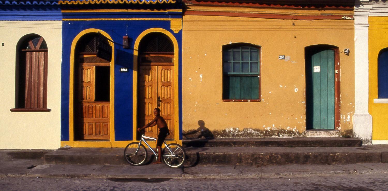 BAHIA garçon à bicyclette ruelle Pelourinho