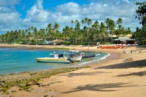 Bateaux devant la plage praia do Forte