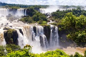 chutes Iguaçu dégageant nuage d'eau