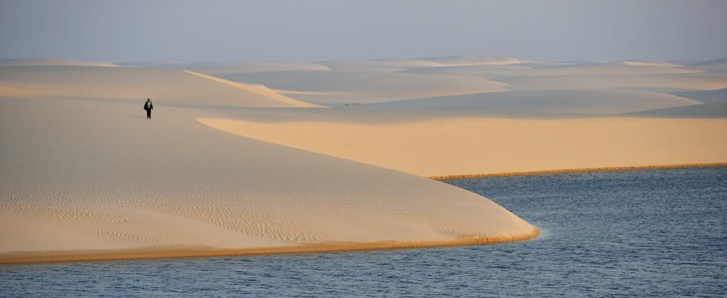 Lençois Maranhao homme devant lagunes