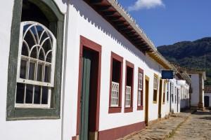 Minas Gerais Tiradentes rue avec fenêtres colorées