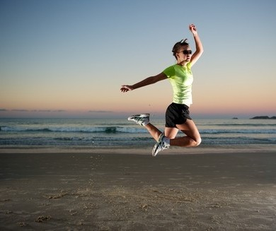 saut sur la plage voyage sportif