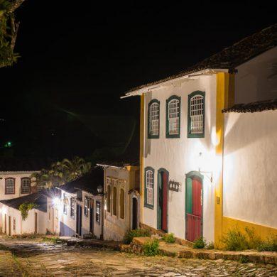 une rue typique de tiradentes la nuit