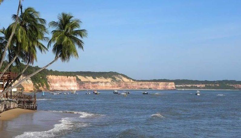 Pipa barques amarrés devant la plage