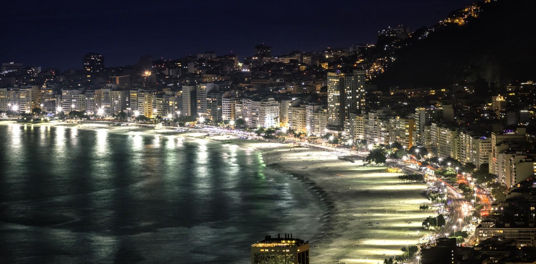 Rio de Janeiro plage de Copacabana la nuit