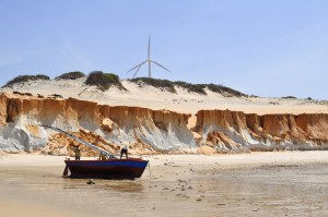 Canoa Quebrada barque et pêcheurs sur la plage
