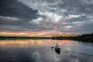 Amazonie Balade en canoe au soleil couchant