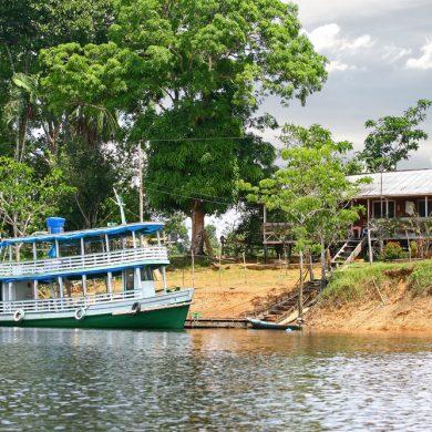 Amazonie Bateau amarré devant maison native