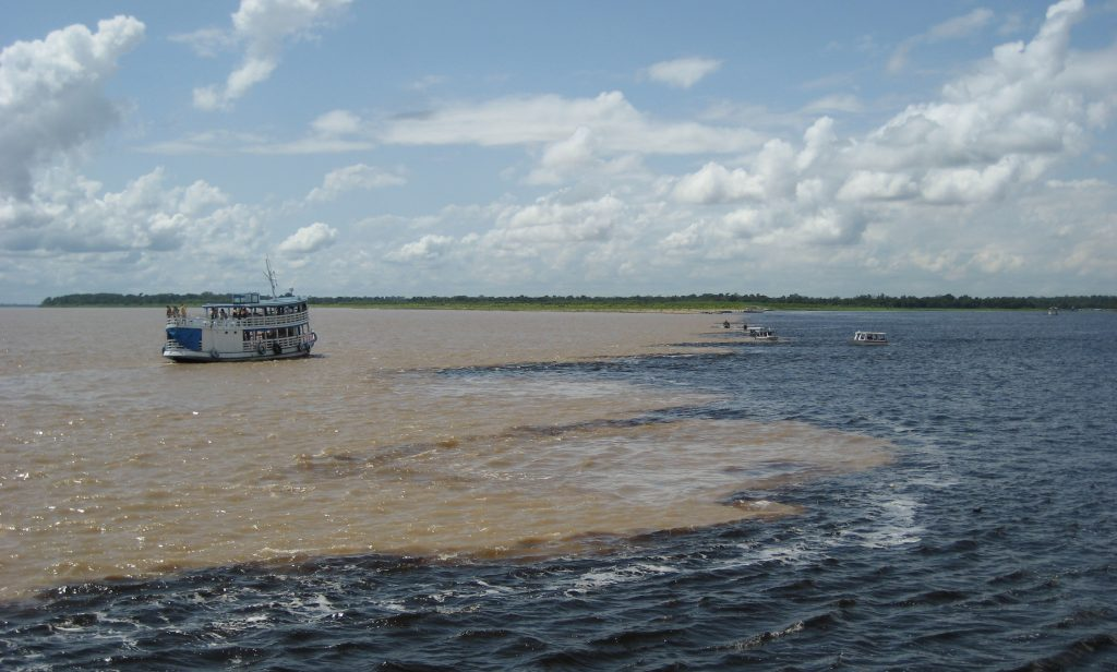 Amazonie bateau traversant la rencontre des eaux