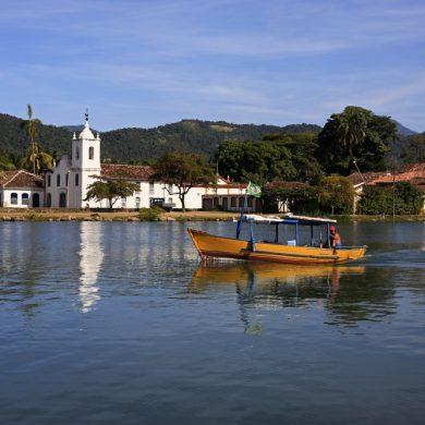 Barque passant devant l'église de Paraty