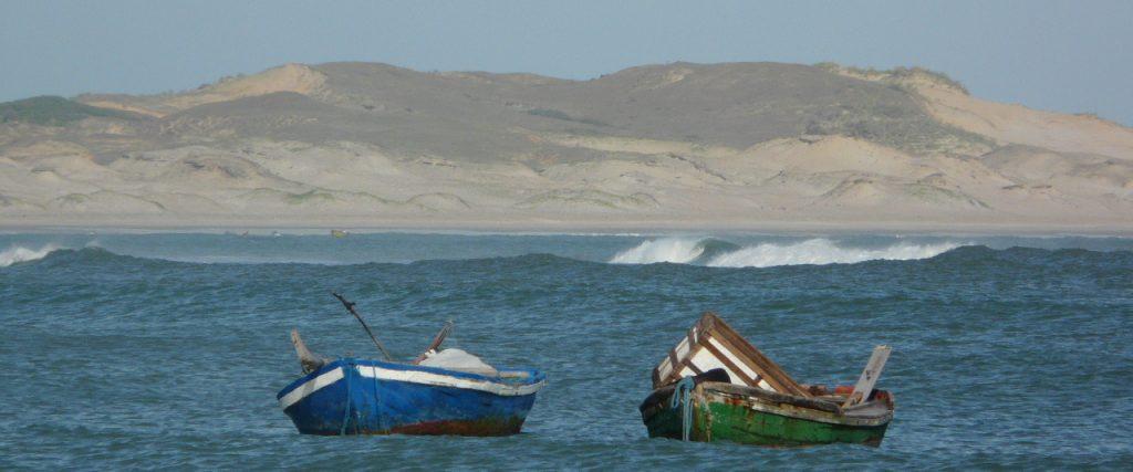 barques au milieu des vagues icarai Nordeste Brésil
