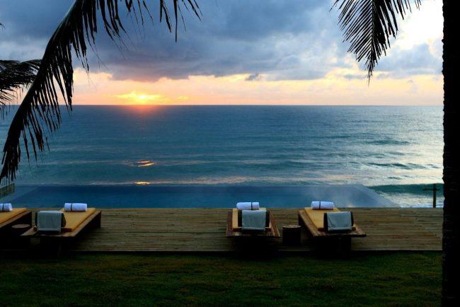 coucher de soleil au bord de la piscine Kenoa resort