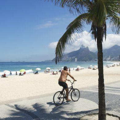 Cycliste sur la plage d'Ipanema Rio de Janeiro