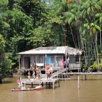 famille au bord de l'Igarape Amazonie