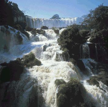 Iguaçu l'eau déferle sur les rochers
