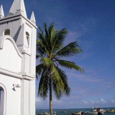 La plage et l'église de Praia do Forte