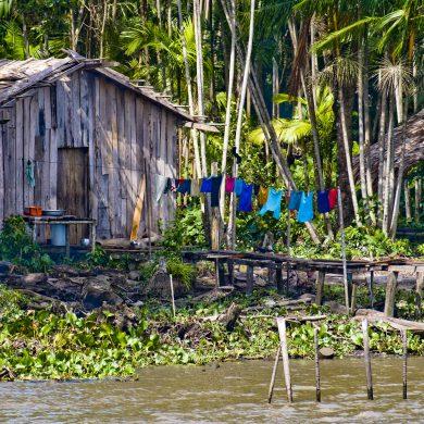 Linge séchant devant habitation caboclo amazonie