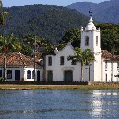 Paraty église au pied des montagnes