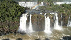 chutes en escalier avec arc en ciel Iguaçu