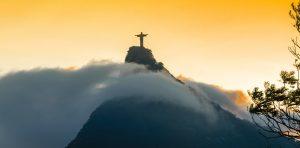 rio de Janeiro Corcovado emergeant brume
