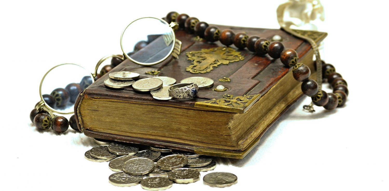 vieux livre et pièces de monnaies