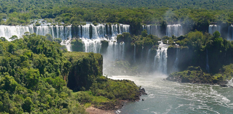 Grand angle sur les chutes d'Iguaçu