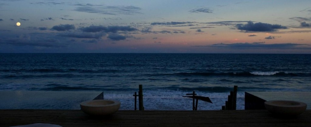 plage kenoa resort la nuit