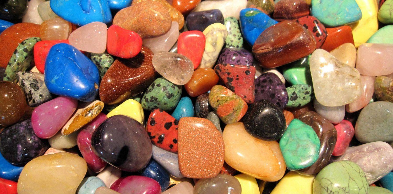 tas de pierres semi précieuses