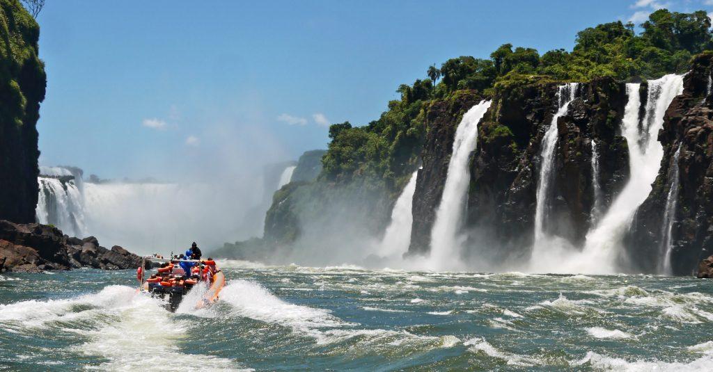 Iguaz-Wasserflle, mit Boot