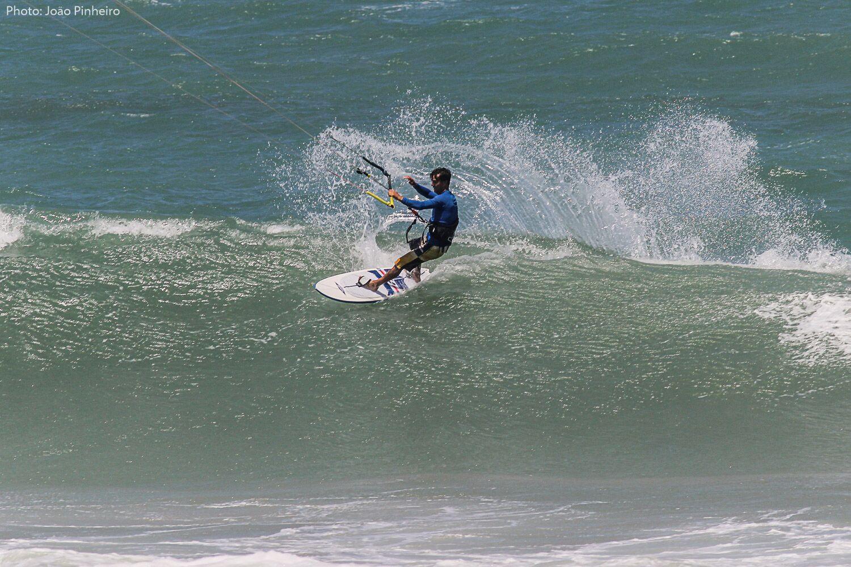 kitesur sur une vague à Guajiru