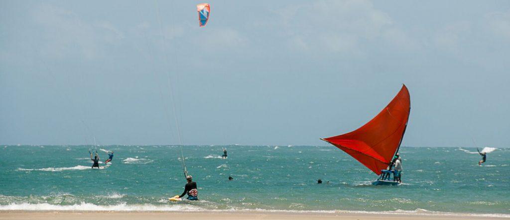 kitesurf et jangada au bord de la plage