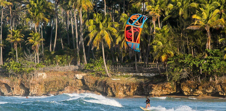 kite surfeur devant la côte à Taiba