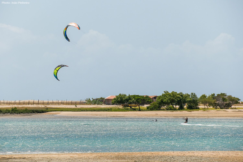 kite sur l'eau plate
