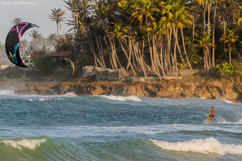 kitesurf dans les vagues à Taiba