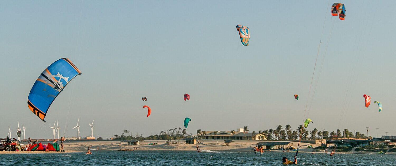 voiles de kitesurf dans le ciel