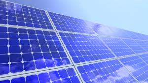 panneaux solaires sous le ciel bleu