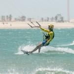 kite surfeurs apprentis sur l'océan au Brésil