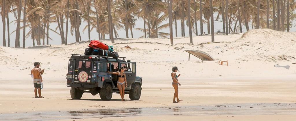 4x4 et kitesurfeuses sur la plage