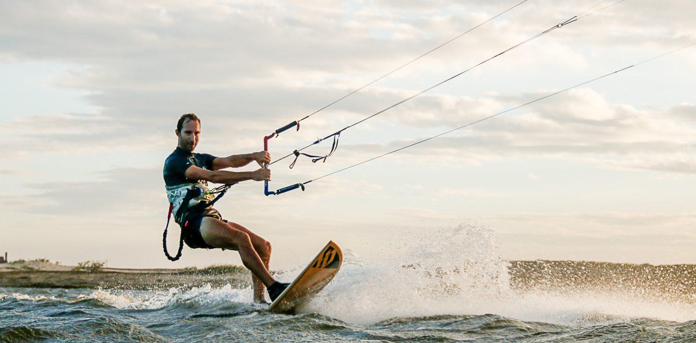 kitesurfeur gros plan en fin de journée