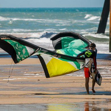 kitesurfeur avec sa voile à Fortaleza