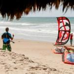 kitesurfeur manipulant sa voile sur la plage