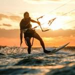 kitsurfeur ride dans le soleil couchant au Brésil