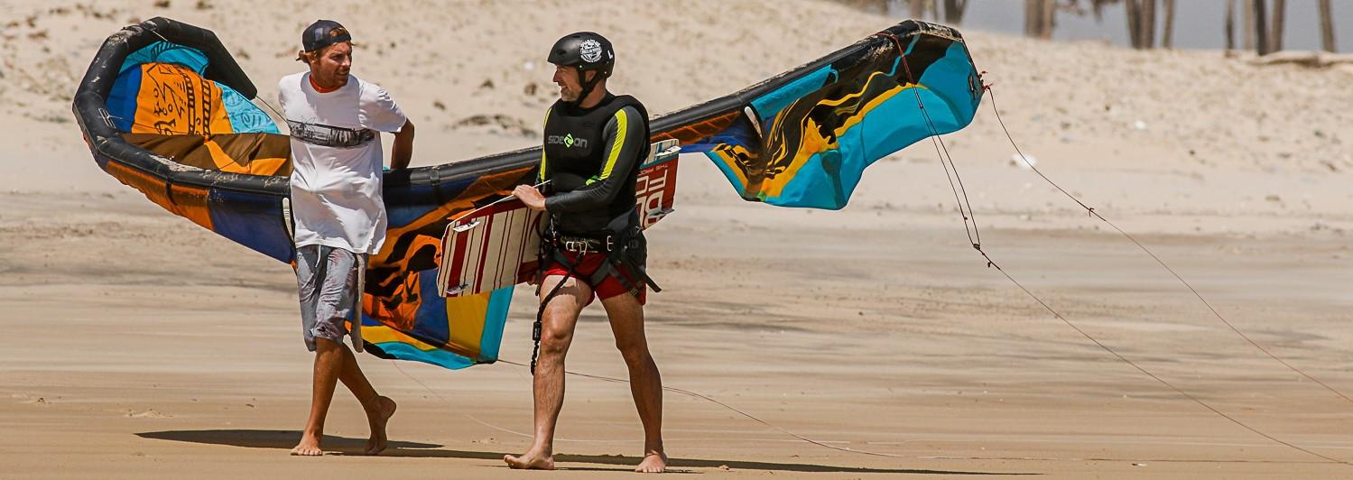 instructeur et élève de kitesurf sur la plage au brésil