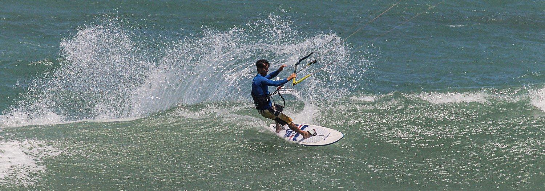 kitesurf sur une vague au Brésil