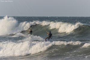 2 kitesurfeurs au mileu des vagues