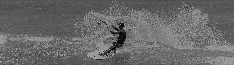 kite surfant une vague à barra grande