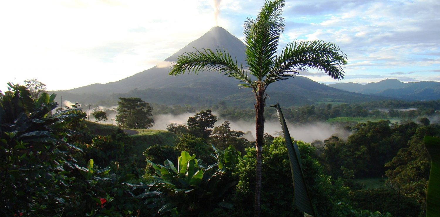 volcan arenal fumant