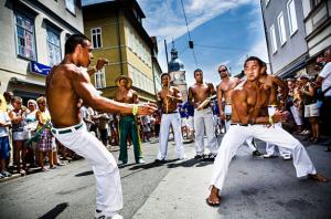 Danseurs de capoeira dans la rue